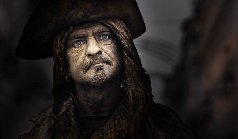 Gyvąja pirato statula dirbantis Joris