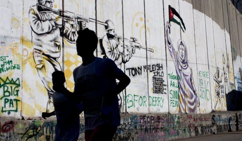 Ant sienos aktyvistai iš viso pasaulio palieka vizualias žinutes už laisvę