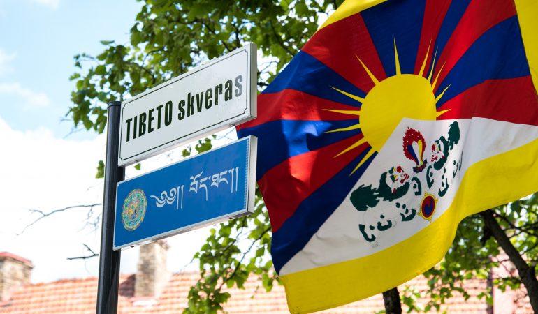 Tibeto skvere atidengta lentelė lietuvių ir tibetiečių kalbomis