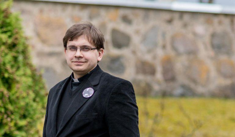 Pokalbis su kunigu Egidijumi Kazlausku. Apie darbą kaimo parapijoje ir gerą nuotaiką