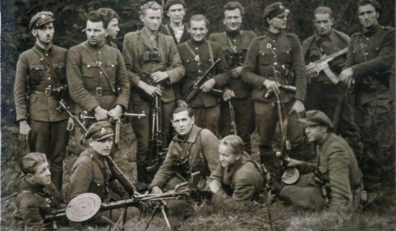 """Jonas Žemaitis (sėdi centre) su Kęstučio apygardos partizanais. Nuotrauka iš albumo """"Lituvos partizanai 1944-1986""""."""