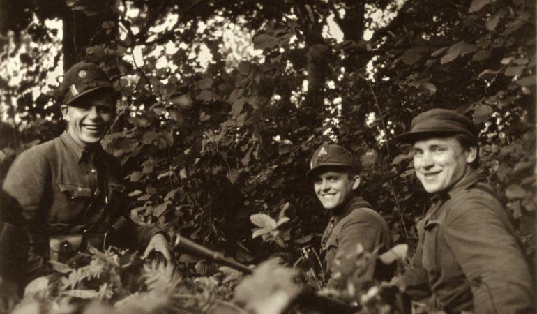 Didžiosios Kovos apygardos Plieno (B) rinktinės partizanai. Iš kairės: Bronius Medelskas-Krienas, Bronius Dūda-Narutis ir Pranas Grigas-Genelis.