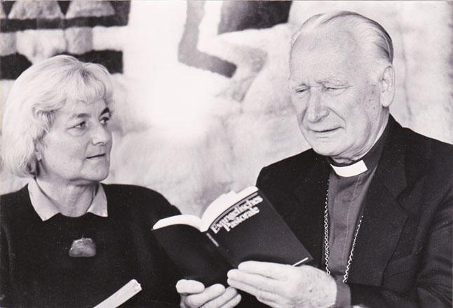 Kunigė Tamara Kelerytė-Schmidt su vyskupu Jonu Kalvanu vyresniuoju 1990 m.