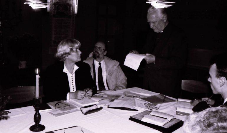 Kun. Tamara Kelerytė-Schmidt Lietuvos evangelikų liuteronų bažnyčios Konsistorijos posėdyje Tauragėje 1991 m. Nuotrauka Broniaus Rudžio
