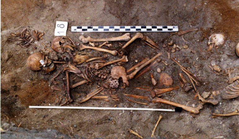 Masinėje kapavietėje buvusiose Tuskulėnų arklidėse rasti 611 žmonių palaikai. 1995 m.