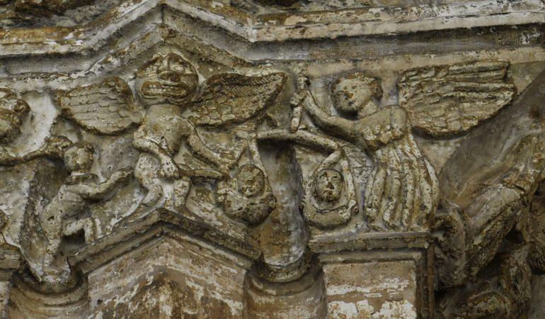 Arkangelas šv. Mykolas sveria mirusiųjų sielas, o Šėtonas stengiasi apgaule palenkti svarstyklių lėkštę į savo pusę. Oviedo katedros kapitelis (XII a.).
