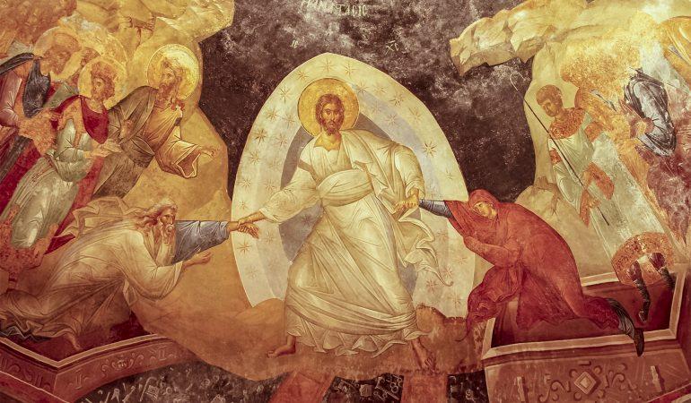 Prisikeldamas Kristus pakelia su savimi pragaruose buvusius teisiuosius, pradedant pirmaisiais tėvais. Rytų krikščionims įprasta ikonografija. Koros Išganytojo bažnyčia (1305–1320), dab. Stambulas. Nuotraukos autorius José Luiz Bernardes Ribeiro (Wikipedia).