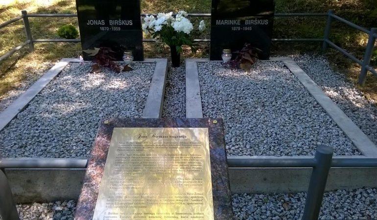 Atnaujinta Jono ir Marinkės Birškų kapavietė.