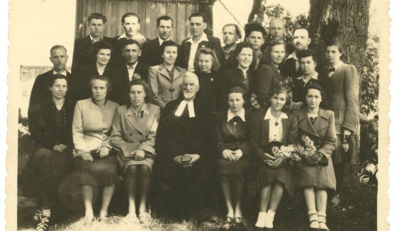 Kunigas diakonas Frydrichas Megnis ir Žemaičių Naumiesčio parapijos choristai apie 1948 m.