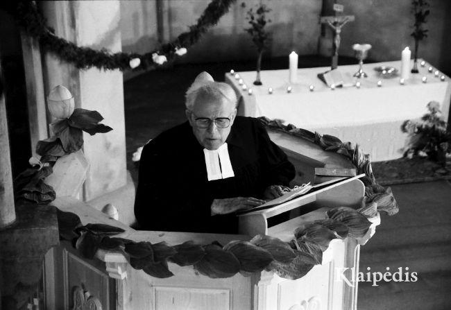 Kunigas Martynas Klumbys sako pamokslą pirmosiose atkurtos Vyžių evangelikų liuteronų parapijos pamaldose atgautoje bažnyčioje 1993 m. gegužės 29 d. Nuotrauka Albino Stubros.