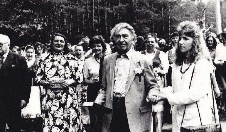 Poeto Bernardo Brazdžionio sugrįžimas. Iš kairės: Eugenijus Matuzevičius, Vidmantė Jasukaitytė, Bernardas Brazdžionis ir jo anūkė Dalia Lovett
