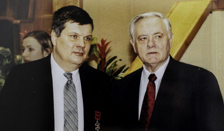 LR Prezidentas Valdas Adamkus apdovanojo Kęstutį Subačių Vyčio kryžiaus ordinu, 2003-01-12 (nuotrauka iš K. Subačiaus archyvo)