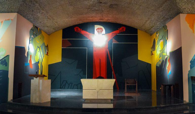 Prisikėlęs Kristus. Arantzazu Mergelės Marijos kripta (Ispanija), Nestor Basterretxea, 1983. Projektas buvo vyskupo atmestas 1954 m. (kaip ir 1955 m. dailininko skundas Vatikanui), ant sienų jau nubrėžti pradiniai eskizai – uždažyti. Freskų ciklas galiausiai gimė dailininkui ir pranciškonams sudarius naują sutartį 1980 m. Nuotrauka autorės