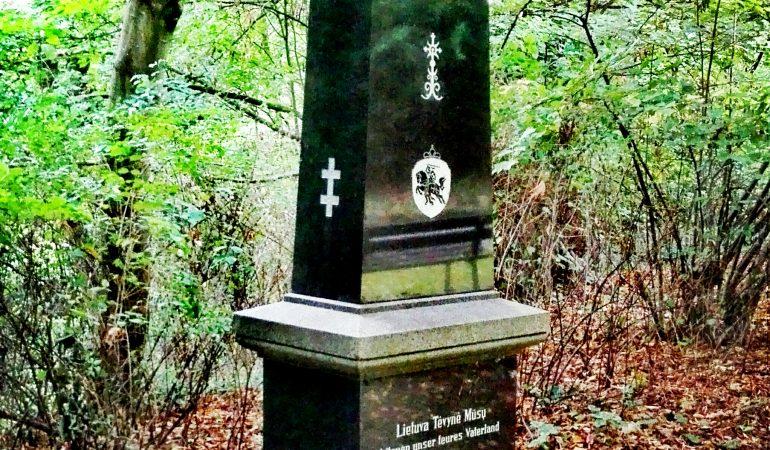 Viliaus Endriukaičio rūpesčiu Liubeko Forverko kapinėse pastatytas obeliskas, kuriame įamžintos 1945–1948 m. Liubeke mirusių lietuvių bendruomenės narių pavardės