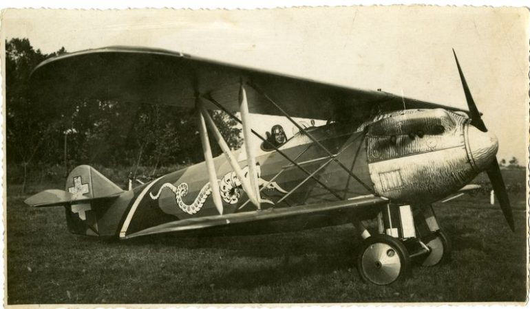 Lietuvos karo aviacijos lakūnas Erikas Mačkus lėktuve Letov Š-20. Lietuvos aviacijos muziejaus rinkinio nuotrauka.