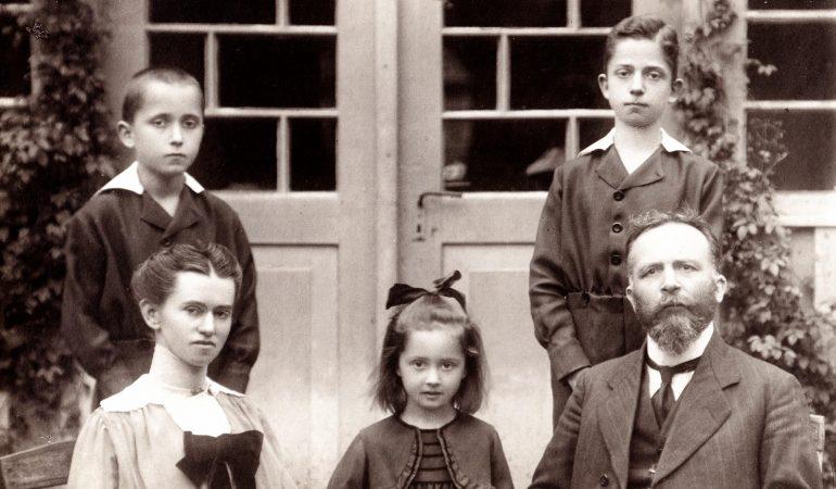 Kunigas Fricas Mozeris su šeima Kintų klebonijoje 1920 m.