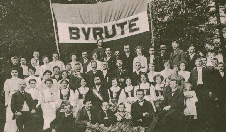 """""""Birutės"""" draugijos nariai apie 1910 m."""
