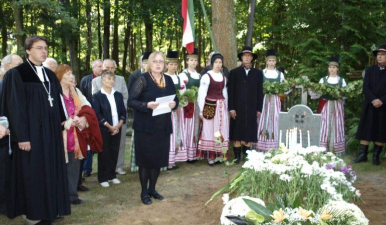 Jono ir Marijos Vanagaičių perlaidojimas Bitėnų evangelikų liuteronų kapinėse 2009 m. rugsėjo 19 d.