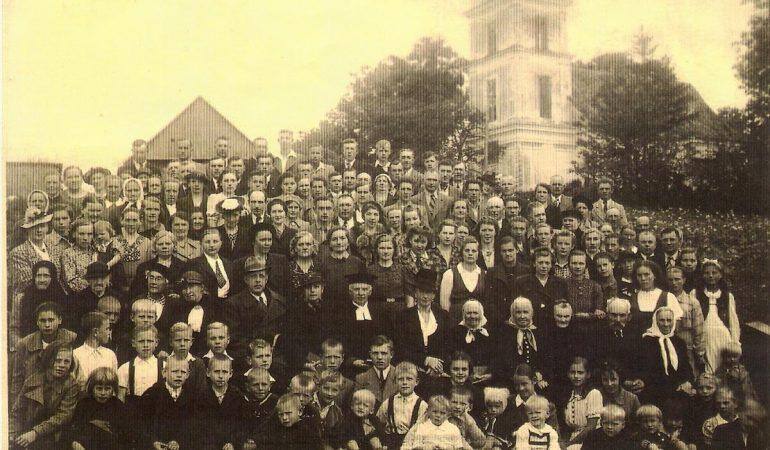 Kunigas Paulius Titelbachas su Kėdainių parapijiečiais 1940 m.